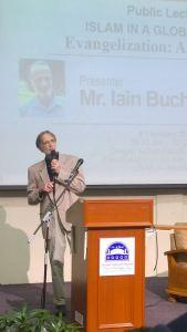 """Iain Buchanan ketika memberi ceramah umum bertajuk """"Evangelization: A Global Business"""" di Universiti Sains Islam Malaysia (USIM) pada 4 Februari 2015"""