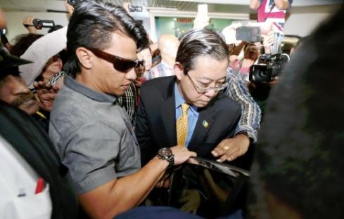 PENANG 29 JUNE 2016. Ketua Menteri Pulau Pinang, Lim Guan Eng (tengah) di tahan pegawai Suruhanjaya Pencegahan Rasuah Malaysia (SPRM) yang kemudian membawanya ke pejabat Suruhanjaya Pencegahan Rasuah Malaysia (SPRM) Pulau Pinang, di sini. NSTP/MIKAIL ONG