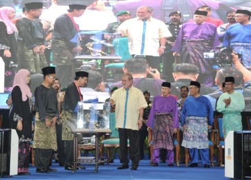 JOHOR BAHRU, 3 Nov -- Sultan Johor Sultan Ibrahim Sultan Iskandar berkenan menerima cenderahati daripada Majlis Penyelia Gabungan Badan Bukan Kerajaan (NGO) Melayu Negeri Johor yang diwakili presidennya, Zaini Atan (tiga, kiri) pada Program Himpunan Bangsa Johor di Stadium Perbandaran Pasir Gudang hari ini. --fotoBERNAMA (2016) HAK CIPTA TERPELIHARA